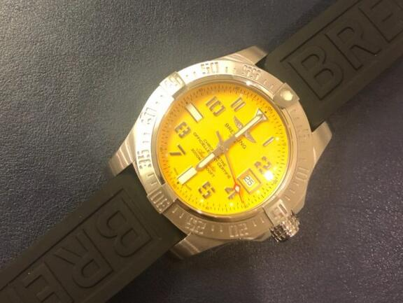 The yellow dial is very eye-catching, which will draw all the attention from the public easily.