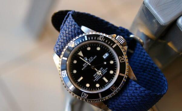 The blue Nylon strap makes the timepiece more dynamic.