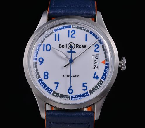 The blue Arabic numerals hour markers ensure the good readability.