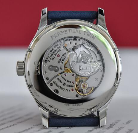 The movement can be viewed through the transparent back.