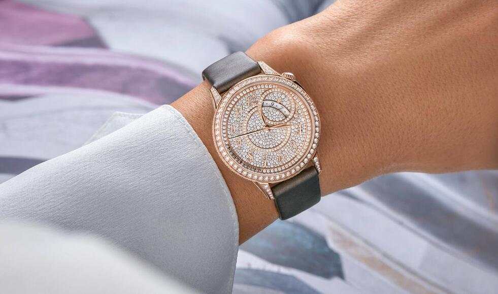 Luxury fake watches are integrated with pink gold and diamonds.